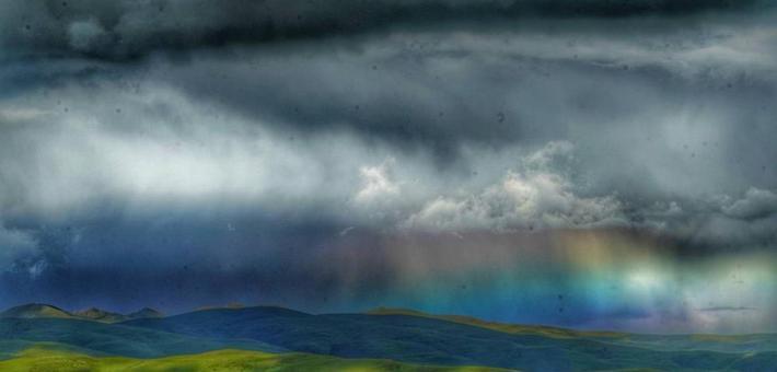 壤塘县阿斯玛山顶拍到罕见彩虹云