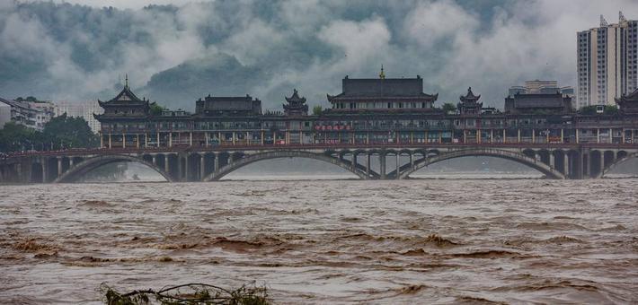 暴雨来袭 雅安青衣江江水暴涨