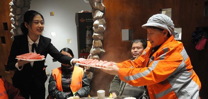 烟台:爱心企业邀环卫工人吃火锅