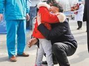 人民日报:济宁5岁小患者出院 与家人相拥激动不已