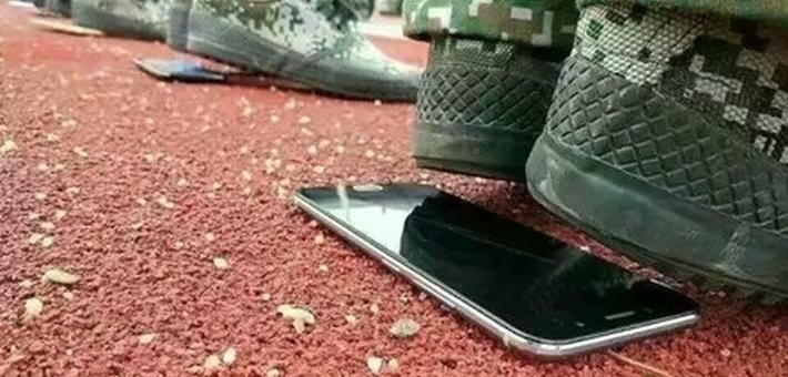 高校手机垫底站军训 校方:教官可选择喜闻乐见的方式