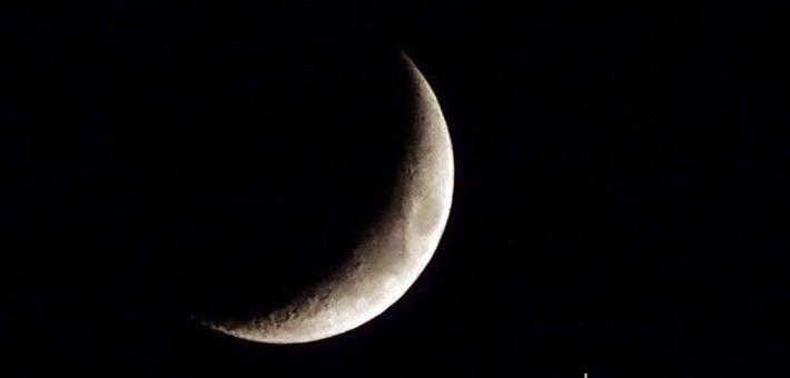 明月如钩可见环形山 凸显泉城好空气