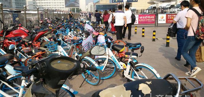 济南火车站旅客通道共享单车乱摆乱放