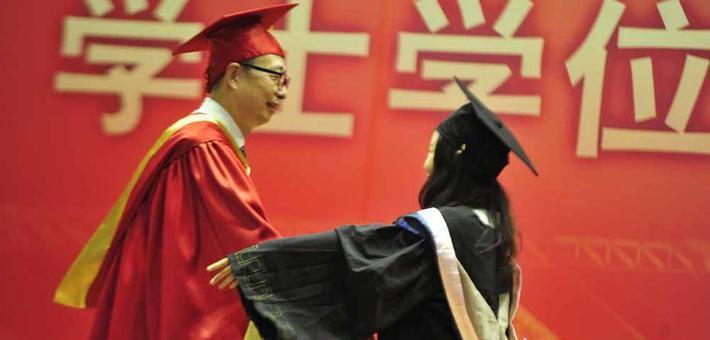 求抱抱、比心、点个赞 毕业典礼好有爱