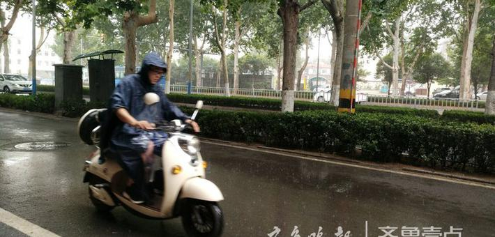 早上9点 济南历山路突降雨 市民雨中前进