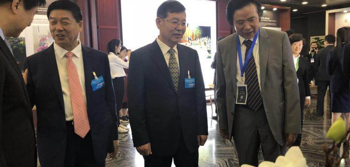 淄博市委书记莅临淄博华光陶瓷展台
