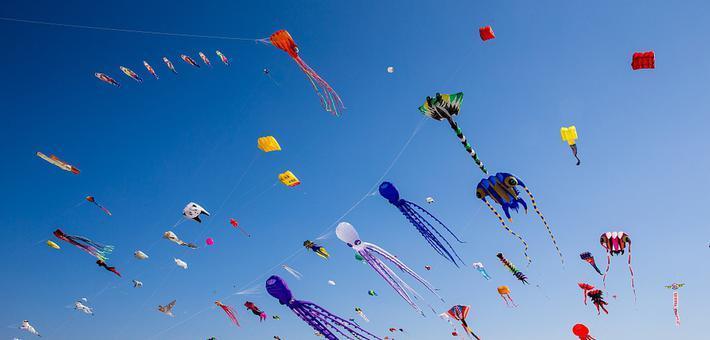 潍坊国际风筝会开幕 风筝放飞蓝天
