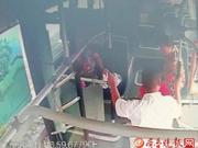 老人坐公交车突发晕厥 司机和乘客照顾一个小时