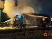 凌晨 一货车突然起火 济南消防迅速到场救援