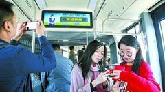 沪上首条BRT奉浦快线开通 10分钟一班细节设施获赞