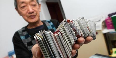 太原7旬老人6年集卡超过7万张