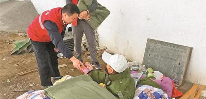 寒风中为流浪者送去衣物食物