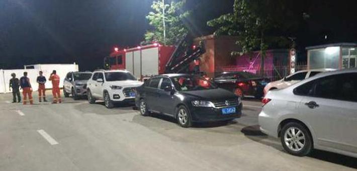 12辆私家车违停消防队门口