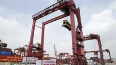港口领域职业技能竞赛:叉车挂瓶子 高空操作龙门吊