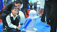 """服务机器人炫技高交会 今年被称为""""服务机器人爆发元年"""""""
