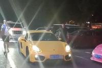 北京偶遇89万保时捷,车牌很个性,网友:副驾美女在看啥呢?