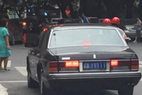 车友偶遇辆5连1号车牌老款皇冠, 看清车标后立马急刹躲远点