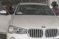 男子买宝马X5发现车子的方向盘歪了,4S店:这是人体工程学设计