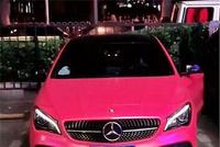 """首辆""""粉色""""奔驰cla现街头,看到车主身材时,没想到比车还养眼"""
