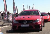 赛道上看到一台红色奔驰C63,改装成这样,比后边法拉利还抢镜