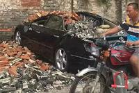"""""""山竹""""过后,违停在墙边的20万丰田锐志,被砖头砸成敞篷车!"""