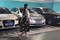 湖南一车库偶遇百万劳斯莱斯,看到车主那一刻,没想到是一位富婆