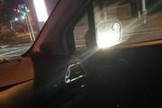 司机夜晚驾车出行 后车却一直开远光