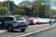 摩托车男子脚踹女司机汽车一脚,女司机彻底怒了,后果很严重