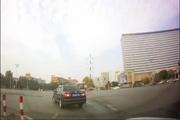 当闯红灯的电动车遇上光速小轿车 自然是走的很安详