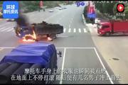 """男子骑摩托车太快撞卡车,当场撞爆炸""""烧成火人""""!"""