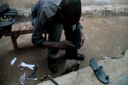 废弃的轮胎能做什么?非洲人民居然用来做鞋子
