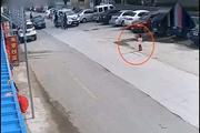 小女孩站路边一动不动,轿车司机崩溃的一幕被监控拍下