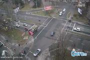 要不是交通摄像头,根本不敢相信被卡车猛烈冲撞的小轿车安然无恙