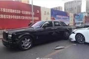 网友吵翻了……全新劳斯莱斯街头被撞,车主当场黑脸:卖房子吧!