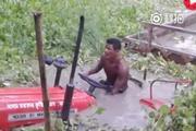 印度牛人开着拖拉机过河,只要马力足没有过不去的河!
