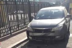 长春身边事 1月27日,长春豪苑翡翠城小区内,一辆日产骊威从两辆汽车之间...