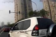 丰田霸道30秒别车9次,视频车下车欲揍人!结局太意外!