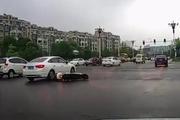 电动车妈妈带女儿横穿马路,丰田车的记录仪拍下这样的一幕画面!