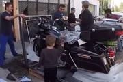 土豪价值40万的哈雷摩托车刚到货,打开包装知道这辆车有多威风