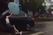 美女过马路无辜被刮倒,越野司机肯定是故意的,监控说明了一切