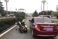 """本田轿车""""路怒症""""发作,""""别倒""""48万摩托车,交警判小轿车全责"""
