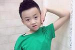 爸爸问小男孩想不想把泡泡戳破,小男孩跃跃欲试刚把手图片