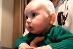 小宝宝第一次看动画片, 一脸吃惊又是微笑又是皱眉表情换个不停图片