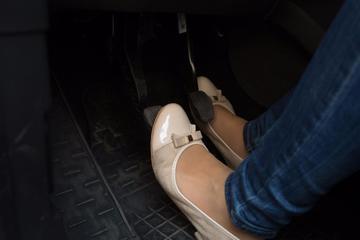 停车时,先踩离合器还是刹车?老司机:最后再说一遍