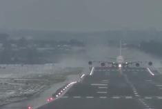 逆风起飞,空客A380油门已经加尽, 飞机滑跑了好久才拉起来