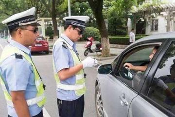 """开车遇到""""锯齿车道""""怎么办?交警:不认识就别开车!分都不够扣"""
