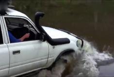 超强越野车乐途涉水坚信能飘到河对岸,结果成功了