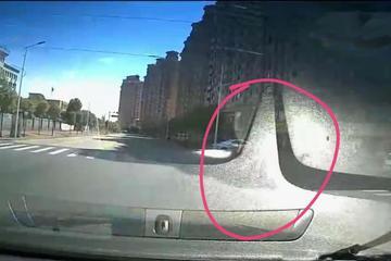 江西2大1小骑电动车,与汽车相撞,被夹车底盘下,是谁在抢行?