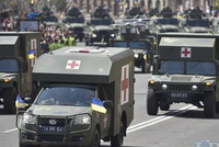 励志!中国民用越野车杨威乌克兰阅兵式,连美国悍马都得跟在后面