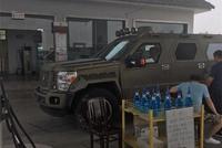 加油站遇到一台狠车,太霸气了,车主:一公里油钱就得3块!